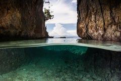 Kalkstein-Inseln und seichtes Wasser Lizenzfreie Stockfotos