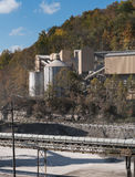 Kalkstein oder zerquetschte Steinfabrik in bewaldetem Tal Stockfoto
