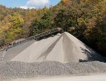 Kalkstein oder zerquetschte Steinfabrik in bewaldetem Tal Stockbilder