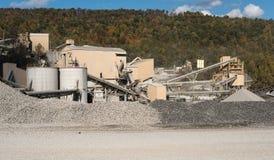 Kalkstein oder zerquetschte Steinfabrik in bewaldetem Tal Lizenzfreie Stockbilder