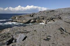 Kalkstein-Plasterung trifft das Meer Stockfotografie