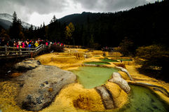 Kalksteinbecken in Huanglong, China lizenzfreie stockfotos