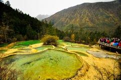 Kalksteinbecken in Huanglong, China stockbild