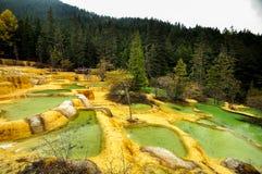 Kalksteinbecken in Huanglong, China lizenzfreies stockfoto