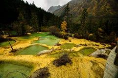 Kalksteinbecken in Huanglong, China stockfotos