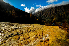 Kalksteinbecken in Huanglong, China lizenzfreies stockbild