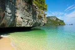 Kalksteinberg über dem Meer Lizenzfreies Stockfoto