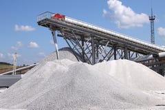 Kalksteinbergbau und -transport Stockbild