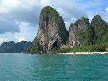 Kalksteinberge und Türkiswasser von Krabi Stockbilder