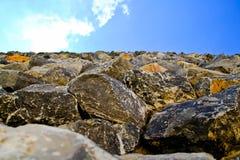 Kalksteinblöcke gegen den Himmel stockfotos
