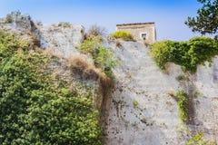 Kalksteinfelsen im archäologischen Park in Syrakus, Sizilien, Italien lizenzfreies stockbild