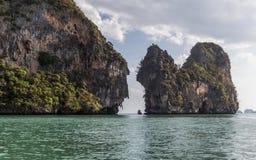Kalksteinfelsen in Thailand lizenzfreie stockfotos