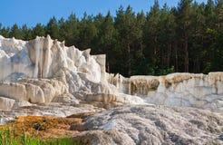 Kalksteinhügel hergestellt durch Wasserabfluß vor Wald lizenzfreie stockfotos