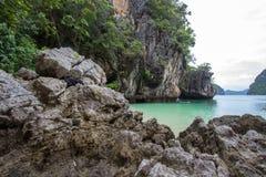 Kalksteinhügel um Ladung islandParadise Insel in Krabi-Provinz, Süd-Thailand Lizenzfreie Stockfotos