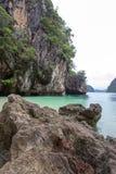 Kalksteinhügel um Ladung islandParadise Insel in Krabi-Provinz, Süd-Thailand Lizenzfreie Stockfotografie