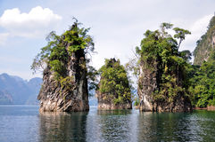 Kalksteinklippen bei Khao Sok National Park, Thailand Lizenzfreies Stockfoto