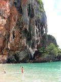 Kalksteinklippenseite und TürkisMeerwasser in Krabi, Thailand stockfotografie