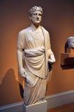 Kalksteinstatue eines jungen Mannes, zypriotisches Kunstwerk stockfoto