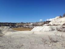 Kalksteinsteinbruchlandschaft im Frühjahr Lizenzfreie Stockfotos