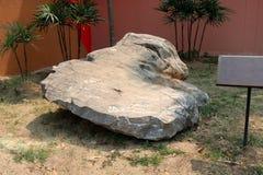Kalksten: är en karbonatsedimentär sten på jordfältet royaltyfria foton