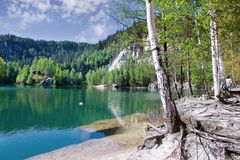 Kalksten Adrspach vaggar staden och bryter sten sjön - nationalpark av Royaltyfri Bild