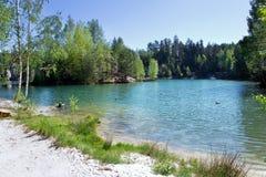 Kalksten Adrspach vaggar staden och bryter sten sjön - nationalpark av Royaltyfria Bilder