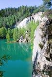 Kalksten Adrspach vaggar staden och bryter sten sjön - nationalpark av Arkivbild