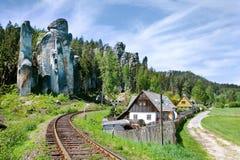 Kalksten Adrspach vaggar staden och bryter sten sjön - nationalpark av Royaltyfri Fotografi