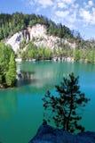Kalksten Adrspach vaggar staden och bryter sten sjön - nationalpark av Arkivbilder