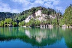 Kalksten Adrspach vaggar staden och bryter sten sjön - nationalpark av Royaltyfria Foton