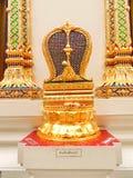 Kalksten framme av den Theravada buddismtemplet Royaltyfria Bilder