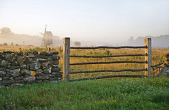 Kalkstenstaket och dimmig landscape.TN Arkivfoto