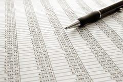 Kalkulationstabelle mit Kugelschreiber Lizenzfreie Stockbilder