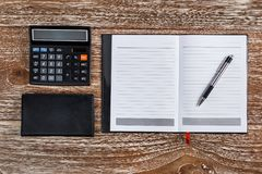 Kalkulator i notatnik dla biznesu egzaminu próbnego up na drewnianym backgroun Fotografia Stock