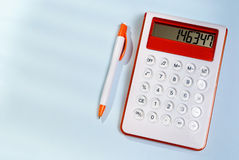 Kalkulator i pióro fotografia stock