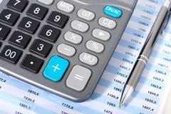 Kalkulator i pióro. Obrazy Stock