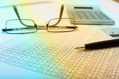 Kalkulator i pieniężny raportowy błękit tonujący Zdjęcie Royalty Free