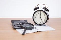 Kalkulator, magnifier, zegar i puste miejsce notatnik, obrazy royalty free
