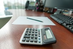 Kalkulator na biurowym descktop Obraz Stock