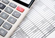 Kalkulator na dokumentach. Konto dział. obraz royalty free
