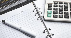 Kalkulator na notatniku z piórem obrazy stock