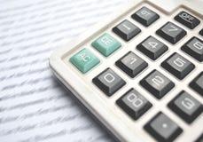 Kalkulator na notatniku z piórem zdjęcia stock