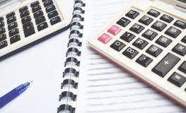 2 kalkulator na notatniku z piórem zdjęcia royalty free