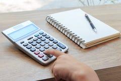 Kalkulator, notatnik i ołówek na drewno stole, Zdjęcie Royalty Free