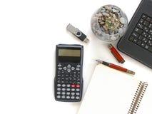 Kalkulator, notatnik, pamięci karta, pióro, klawiatura na białym tle zdjęcie stock