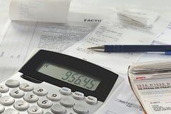 Kalkulator obok pieniężnej papierkowej roboty. Obraz Stock