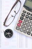 Kalkulator, oczu szkła i kompas na banka oświadczeniu, Obrazy Stock