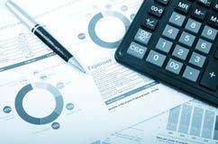 Kalkulator, pióro nad sprawozdaniem rocznym Fotografia Royalty Free