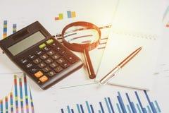 Kalkulator, pióro z, pieniężny zysk, papier notatką i powiększać - szkło na prętowego wykresu i mapy raportu dokumencie na biurow zdjęcie royalty free