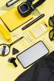 Kalkulator, smartphone i szkolne dostawy na kolorze żółtym, Zdjęcia Royalty Free